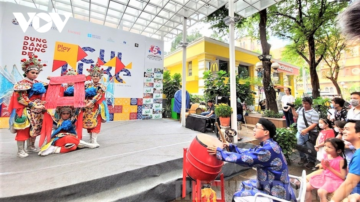 A cultural week gets underway on Ho Chi Minh City book street from January 23. Visitors to the event can view local ceramic products and folk paintings on show.