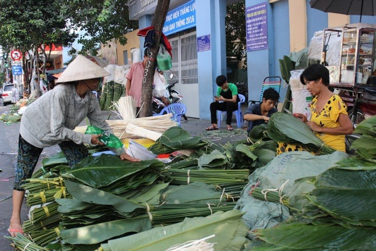 Unlike northerners who cook square-shaped Banh Chung, southerners prefer cylindrical Banh Tet during the traditional Tet holiday. Both cakes are made of glutinous rice, green bean paste and pork, and they are wrapped in La Dong (Dong leaves). The leaves can be found at the La Dong market that is located at the Cach Mang Thang Tam-Pham Van Hai intersection.