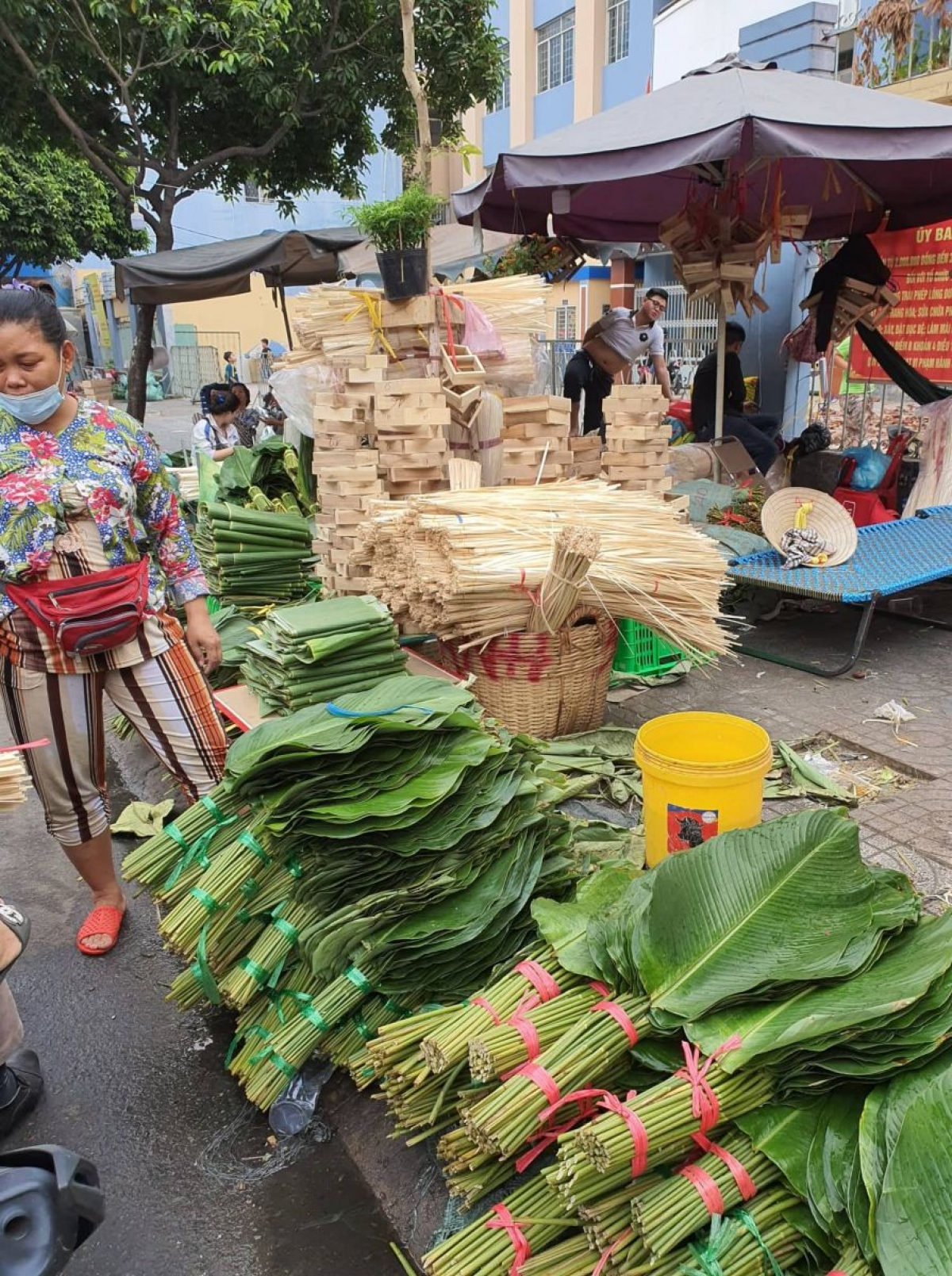 The market, the biggest of its kind in HCM City, often opens from the 15th day of the 12th lunar month and lasts several days before the start of Tet. A bunch typically contains 10 leaves costing between VND70,000 and VND80,000.