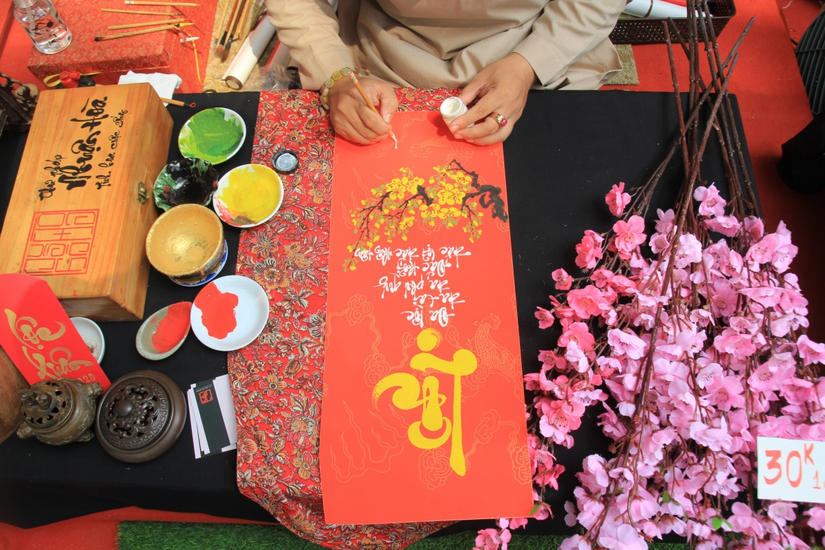 Annual calligraphy markets also take place on Truong Dinh street and at the Pham Ngoc Thach-Nguyen Thi Minh Khai intersection. Calligraphy pieces are used to decorate houses and office buildings every Tet.