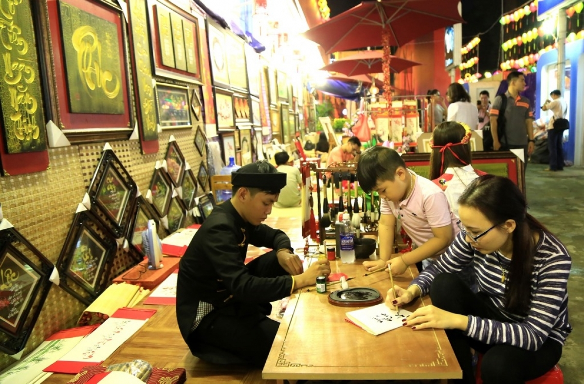 Confucian scholars write scripts at the visitor's request. Recipients ask for words such as Happiness, Longevity, Love, Health, Wisdom, or Patience, expecting a peaceful and prosperous year ahead. The market serves as a familiar check-in spot for youngsters.