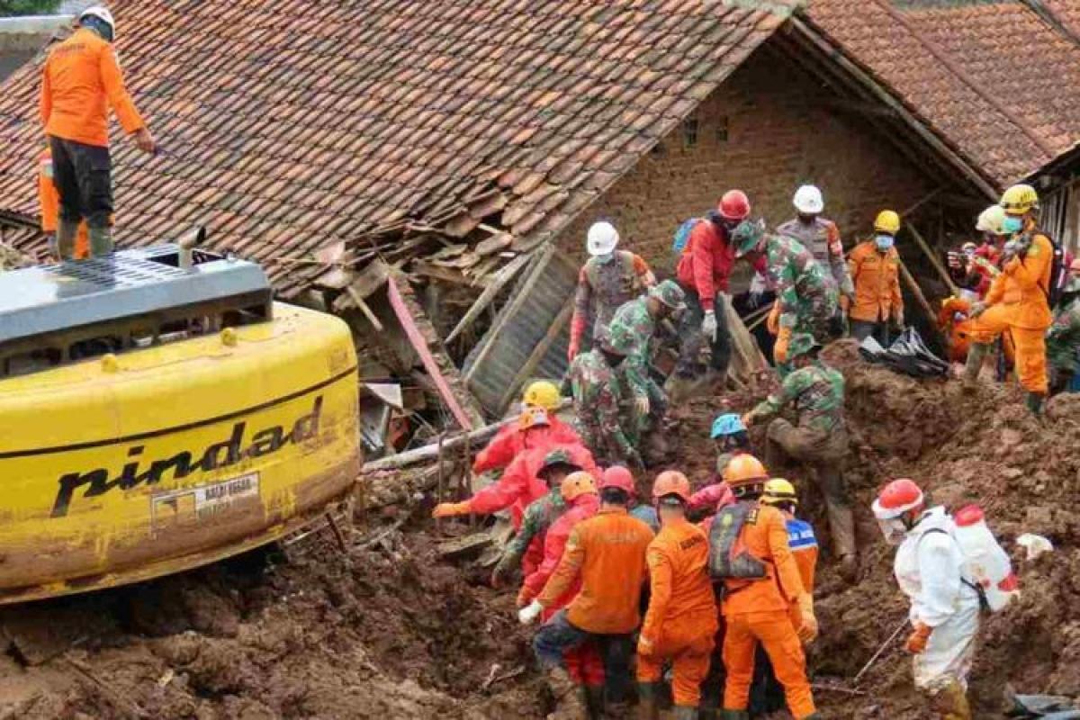 Tìm kiếm nạn nhân trong vụ sạt lở đất ở Sumedang (Ảnh: Kompas.com)