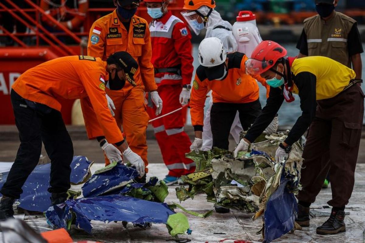 Lực lượng tìm kiếm cứu nạn vớt được các mảnh vỡ của máy bay Sriwijaya (Ảnh : Kompas.com)