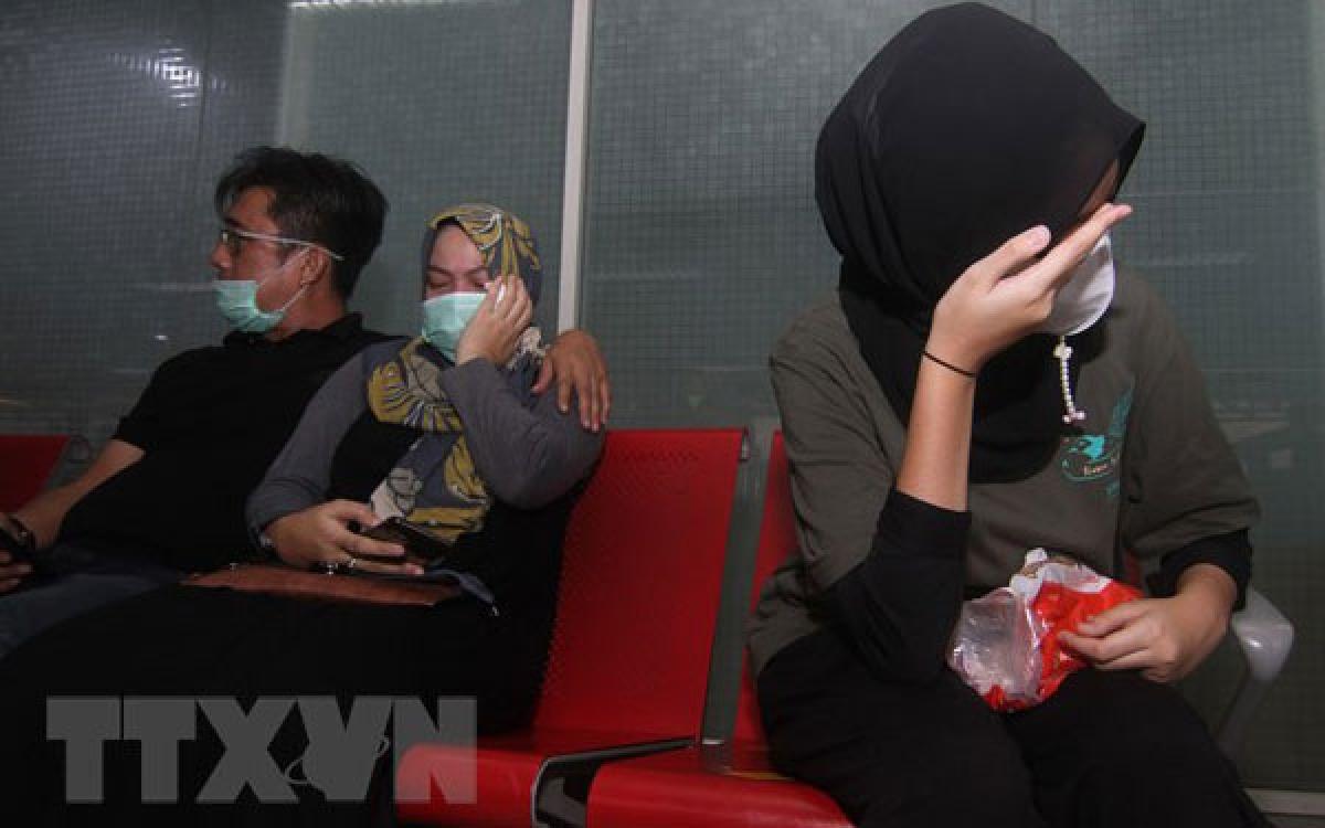 Thân nhân của các hành khách trên máy bay mang số hiệu SJ182 của hãng hàng không Sriwijaya Air chờ đợi tin tức về người thân sau khi chiếc máy bay bị mất liên lạc, tại sân bay Supadio ở Pontianak trên đảo Borneo, Indonesia, ngày 9/1/2021. (Ảnh: AFP/TTXVN)