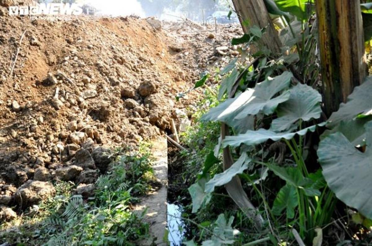 Một vị trí mương tưới tiêu tại phố Tran (thị trấn Ngọc Lặc, huyện Ngọc Lặc, Thanh Hóa) bị vùi lấp khiến người dân không có nước sản xuất.