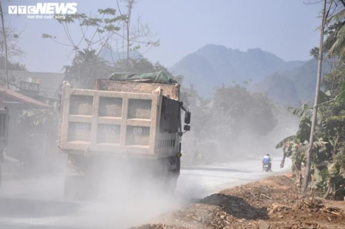 """Người dân sinh sống ven Ql15 đang phải hứng chịu những cơn """"bão bụi"""" từ việc thi công sửa đường."""