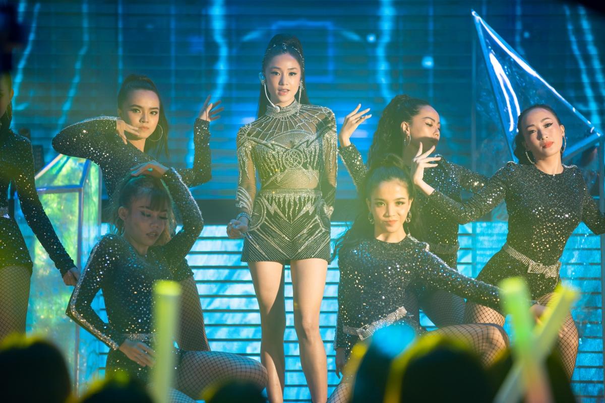Salim hóa thân thành Lam Phương - một ngôi sao nhạc pop đang đứng ở đỉnh cao danh vọng.