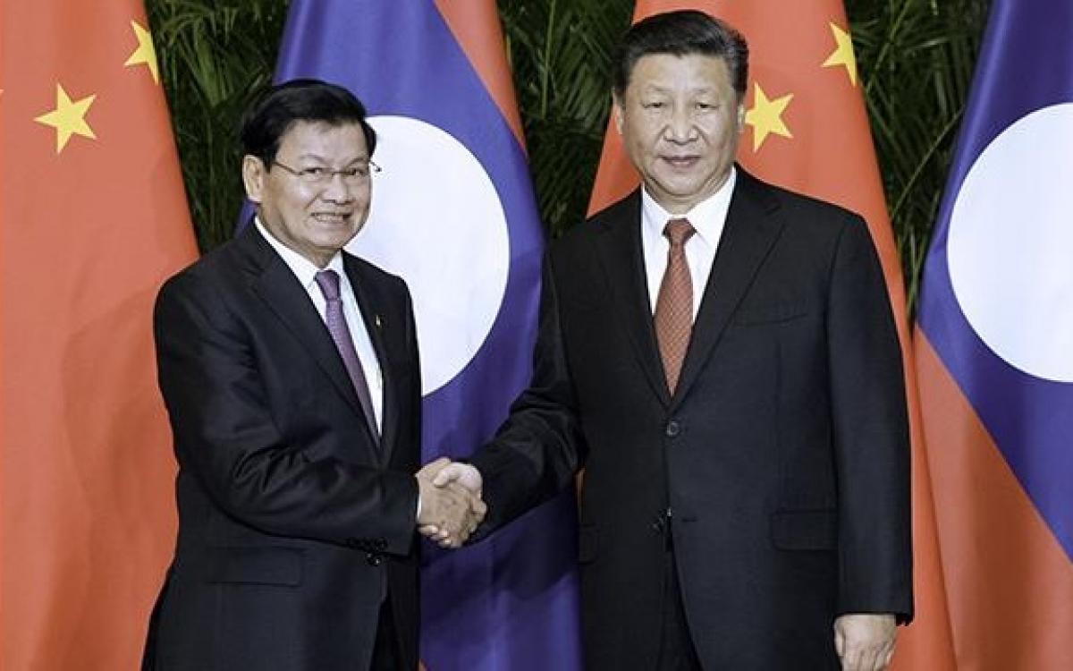 ÔngThongloun Sisoulith trên cương vị Thủ tướng Lào gặp Chủ tịch Trung Quốc Tập Cận Bình năm 2018. (Ảnh: Huanqiu).