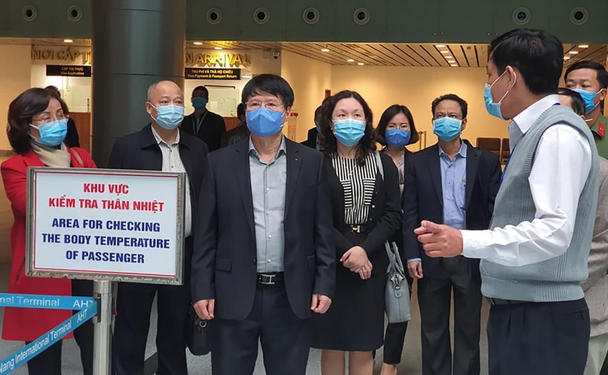 Thứ trưởng Bộ Y tế Trương Quốc Cường kiểm tra tại sân bay quốc tế Đà Nẵng.
