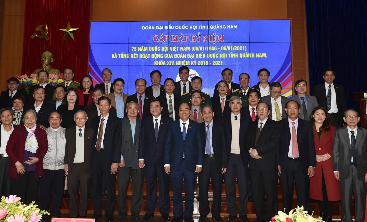 Thủ tướng chụp ảnh chung với các đại biểu