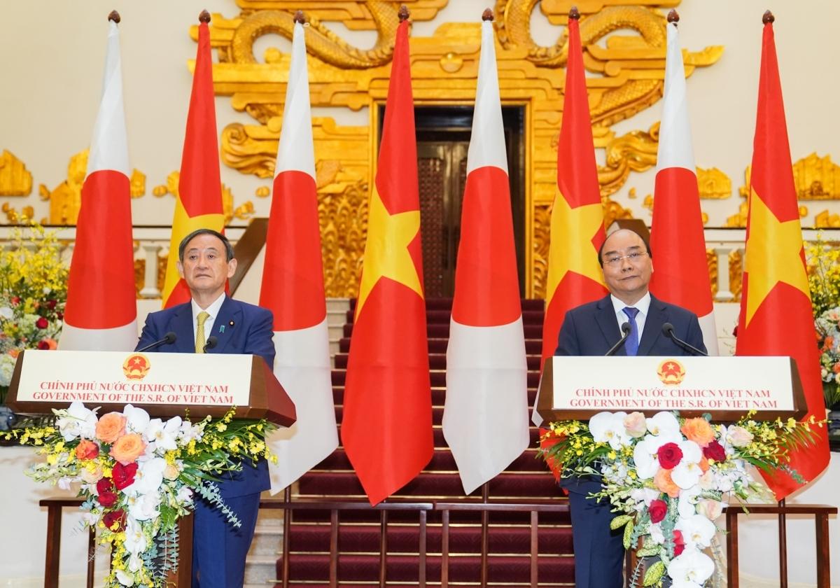 Thủ tướng Nguyễn Xuân Phúc và Thủ tướng Nhật Bản Suga Yoshihide trong cuộc gặp gỡ báo chí tại Hà Nội tháng 10/2020.