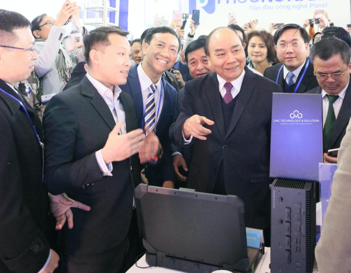 Thủ tướng Chính phủ Nguyễn Xuân Phúc tướng bày tỏ sự ấn tượng đối với phần trình diễn CIVAMS.Face - Giải pháp nhận diện khuôn mặt ứng dụng AI của CMC.