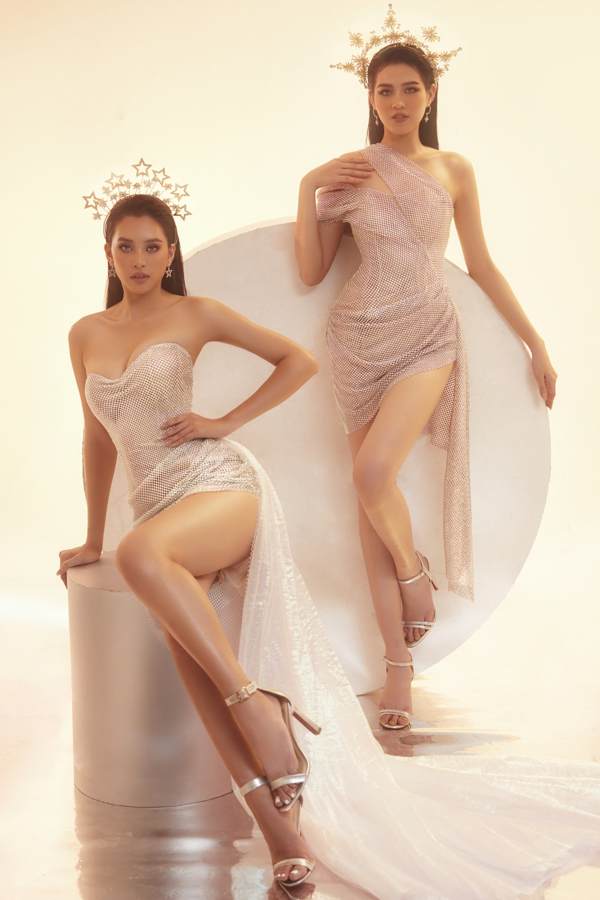 """Nếu Hoa hậu Tiểu Vy được đánh giá cao bởi body nóng bỏng """"chặt chém"""" cả 3 vòng thì Đỗ Thị Hà lại gây ấn tượng bởi đôi chân thon dài """"thương hiệu"""". Chất liệu lưới có độ mềm mại vừa phải, nhẹ ôm theo body kết hợp cùng pha lê lấp lánh mang lại độ sang trọng cho trang phục."""