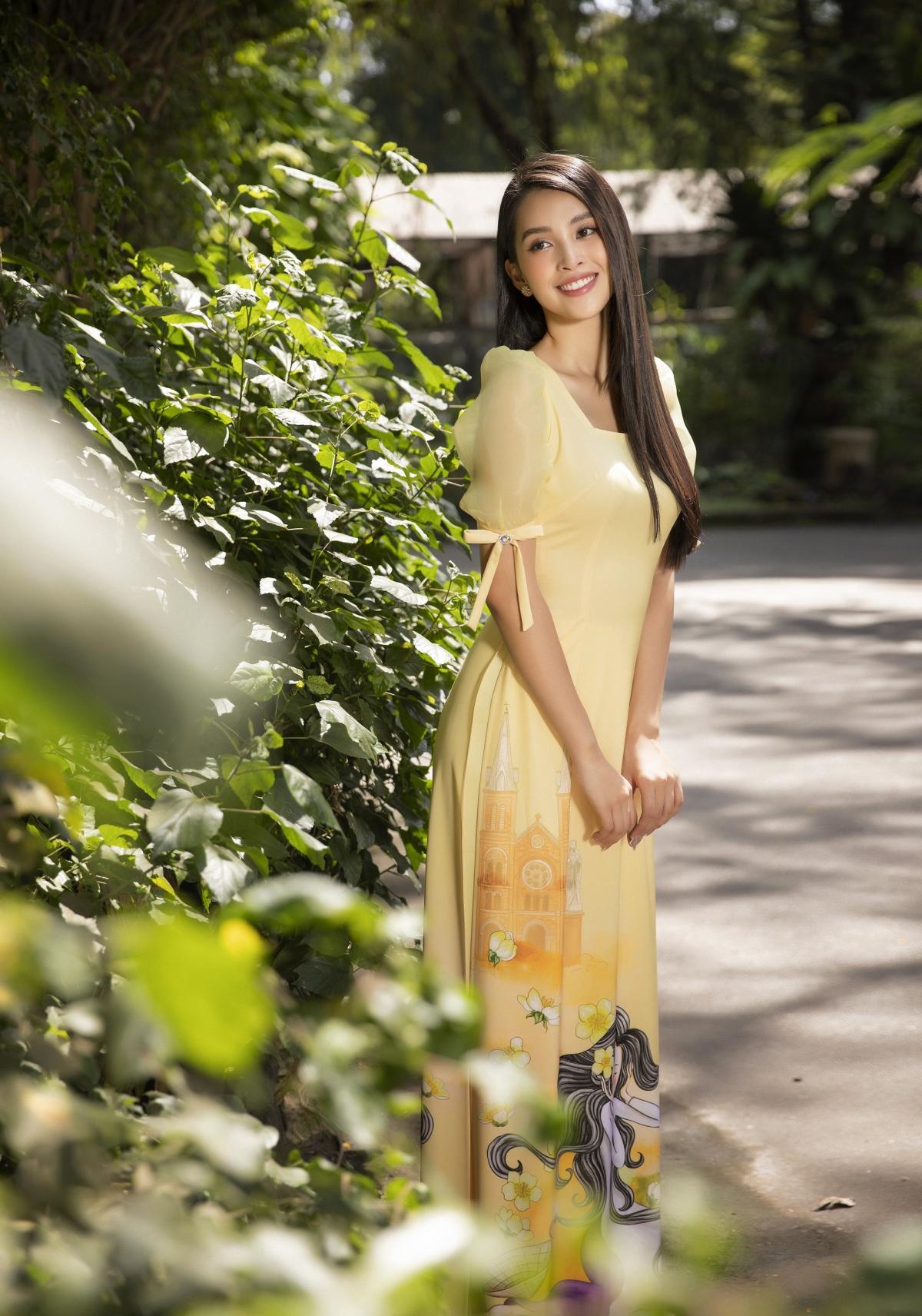 Vẫn trung thành với chất liệu mềm rũ kết hợp các kiểu tay và cổ cách điệu từ chất liệu voan, Ngô Nhật Huy đã biến tấu chiếc áo dài trẻ trung và gần gủi hơn dành cho các bạn gái xúng xính trong độ xuân về.