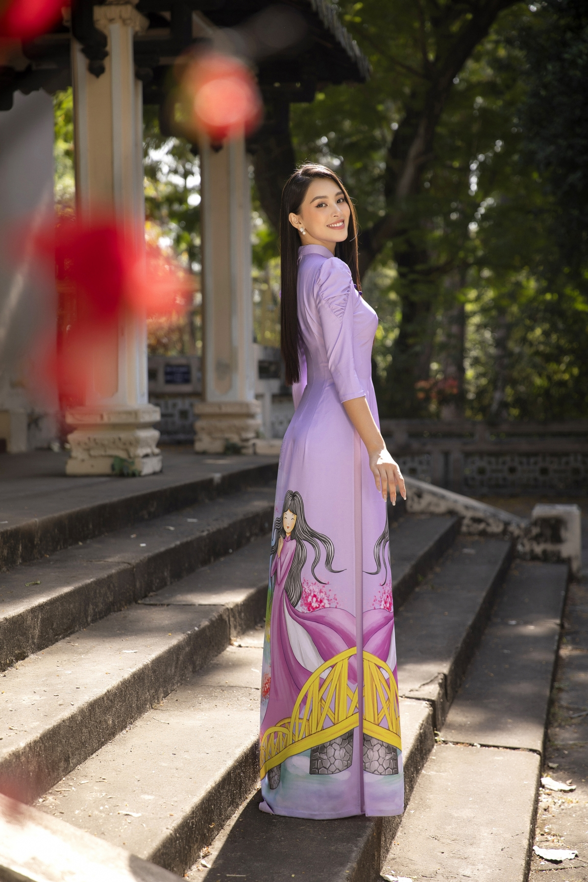 Nàng Hậu hướng tới sự nền nã, chuẩn mực với phong cách ăn mặc kín đáo, giản dị trong tà áo dài nhưng vẫn phảng phất nét hiện đại, trẻ trung.