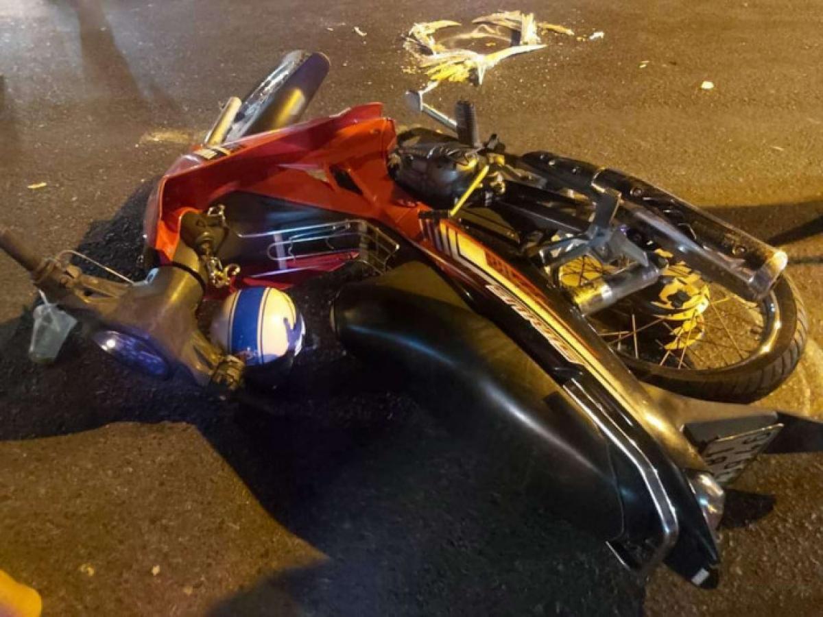 Chiếc xe máy của nạn nhân tại hiện trường trên QL1. Ảnh: P.T.