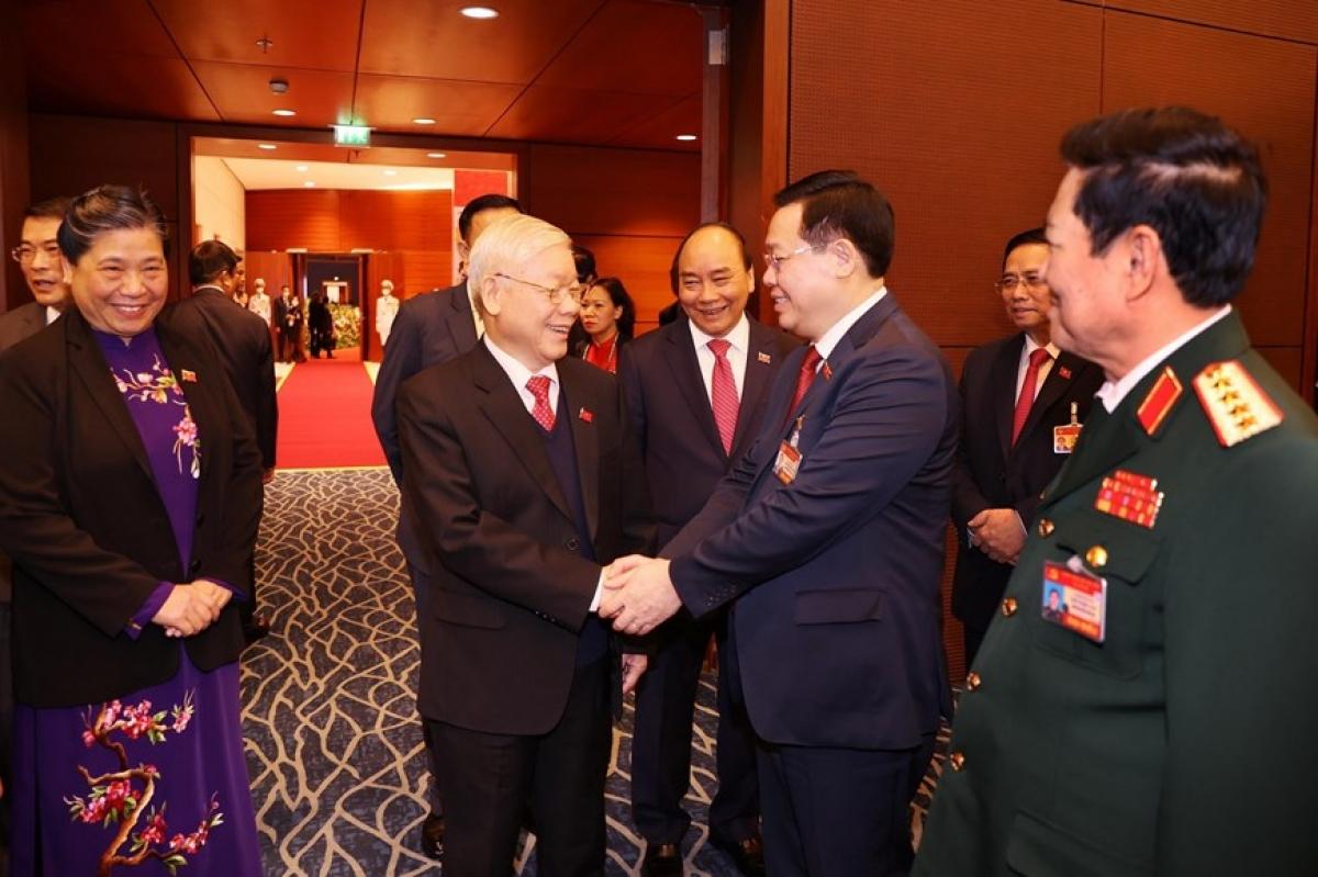 Tổng Bí thư, Chủ tịch nước Nguyễn Phú Trọng bắt tay các đại biểu dự phiên trù bị. (Ảnh: TTXVN)