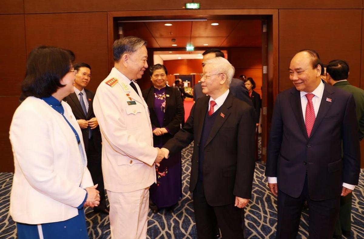 Tổng Bí thư, Chủ tịch nước Nguyễn Phú Trọng trao đổi với Đại tướng Tô Lâm, Ủy viên Bộ Chính trị, Bộ trưởng Bộ Công an. (Ảnh: TTXVN)
