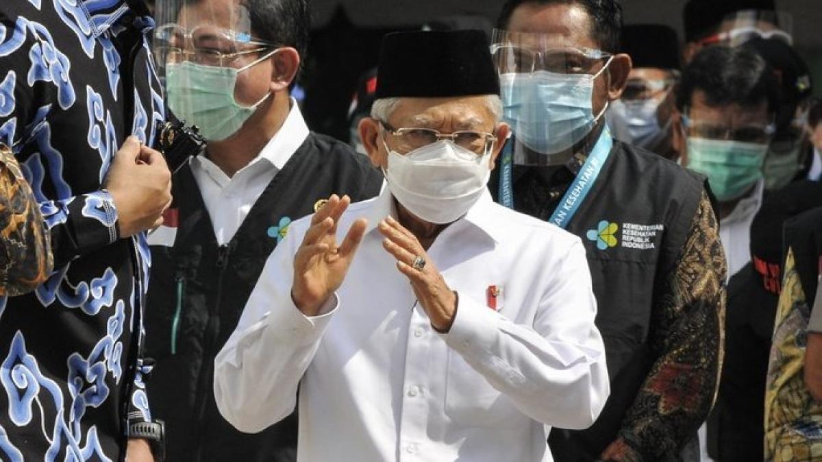 Phó Tổng thống Ma'ruf Amin (giữa) cùng các quan chức kiểm tra mô phỏng tiêm vaccine Covid-19. Nguồn: tirto.id