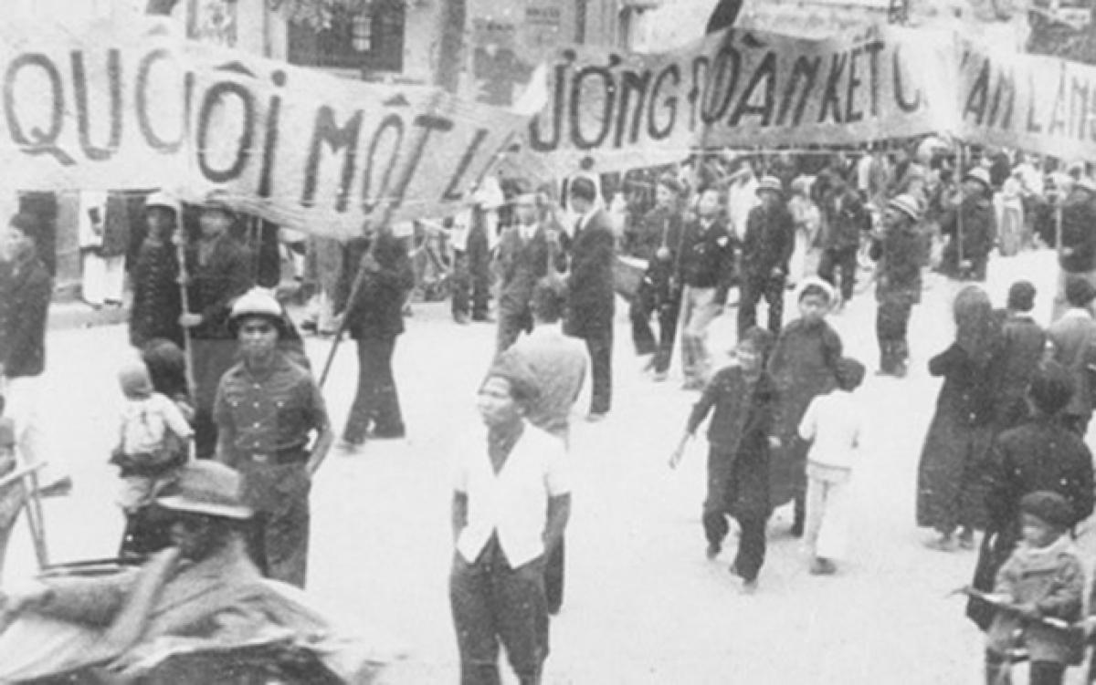 Ngày 6/1/1946 là ngày đầu tiên người dân Việt Nam được đi bầu cử với tư cách là công dân của một nước độc lập. Trong ảnh:Nhân dân lao động Thủ đô cổ động chongày Tổng tuyển cử đầu tiên.(Ảnh: TTXVN)