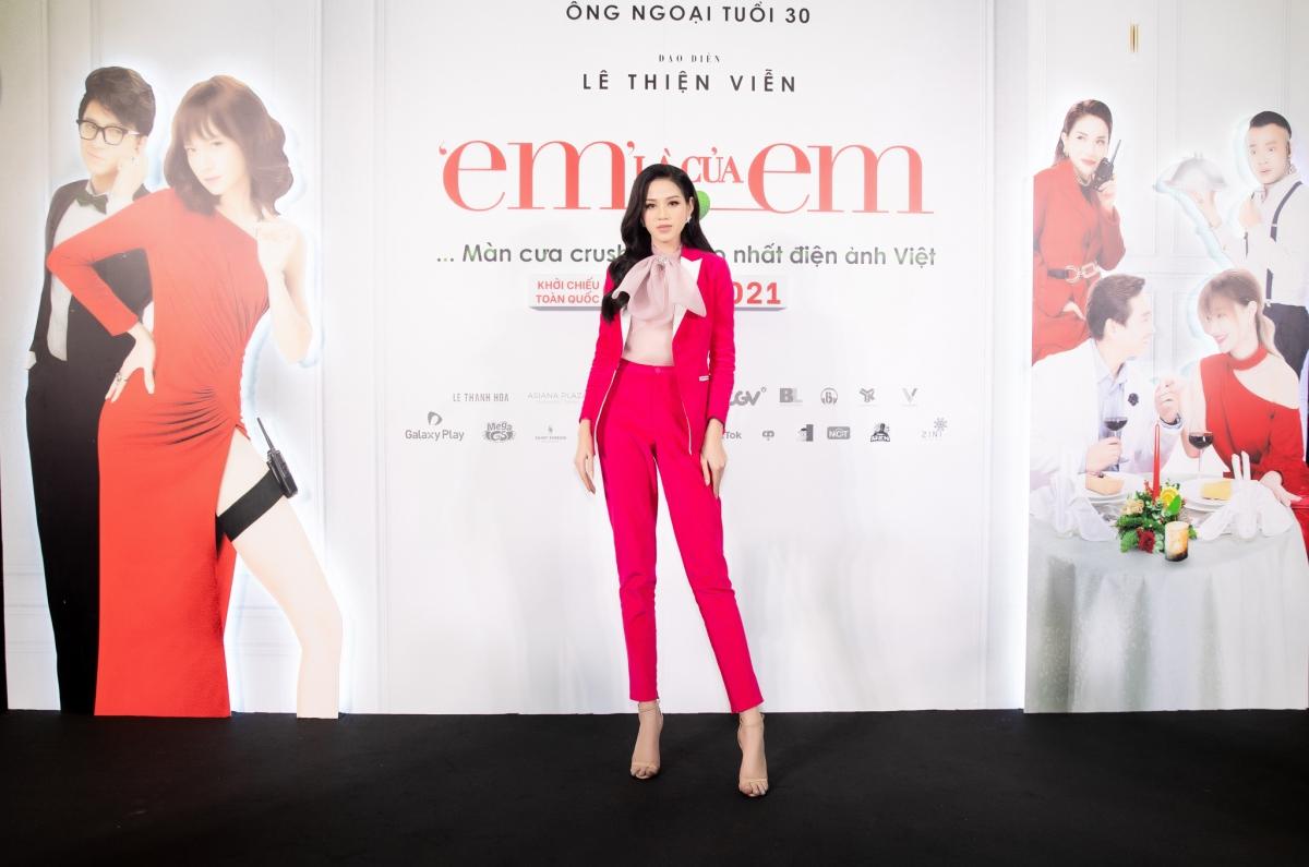 Hoa hậu Đỗ Hà xuất hiện trong sắc hồng với phong cách menswear vừa thanh lịch trang nhã nhưng cũng không kém phần nổi bật.