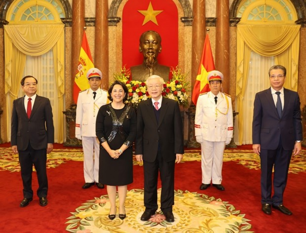 Party General Secretary and State President Nguyen Phu Trong (front, right) and Spanish AmbassadorMaria del Pilar Mendez Jimenez at the credential presentationon January 22 (Photo: VNA)