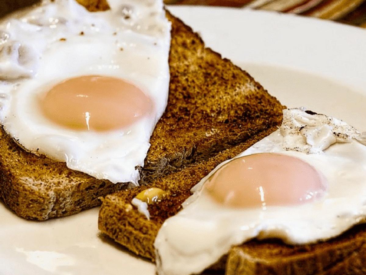 Bánh mì nướng: Bạn có biết rằng bánh mì nướng cháy có thể có hại cho sức khỏe? Sau khi được nướng cháy, bánh mì tiết ra một độc tố có tên là acrylamide. Chất này có thể gây khó tiêu và các vấn đề về dạ dày.