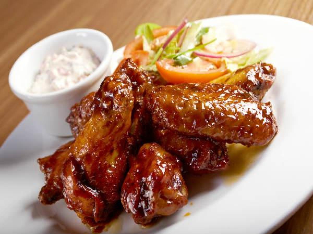 Thịt gà: Khi thịt gà nguội đi hoặc được bảo quản trong tủ lạnh, cấu tạo các protein trong thịt gà sẽ thay đổi. Nếu thịt gà đã nấu chín được hâm lại lần thứ hai, nó có thể gây các vấn đề về tiêu hóa và các vấn đề về sức khỏe khác.