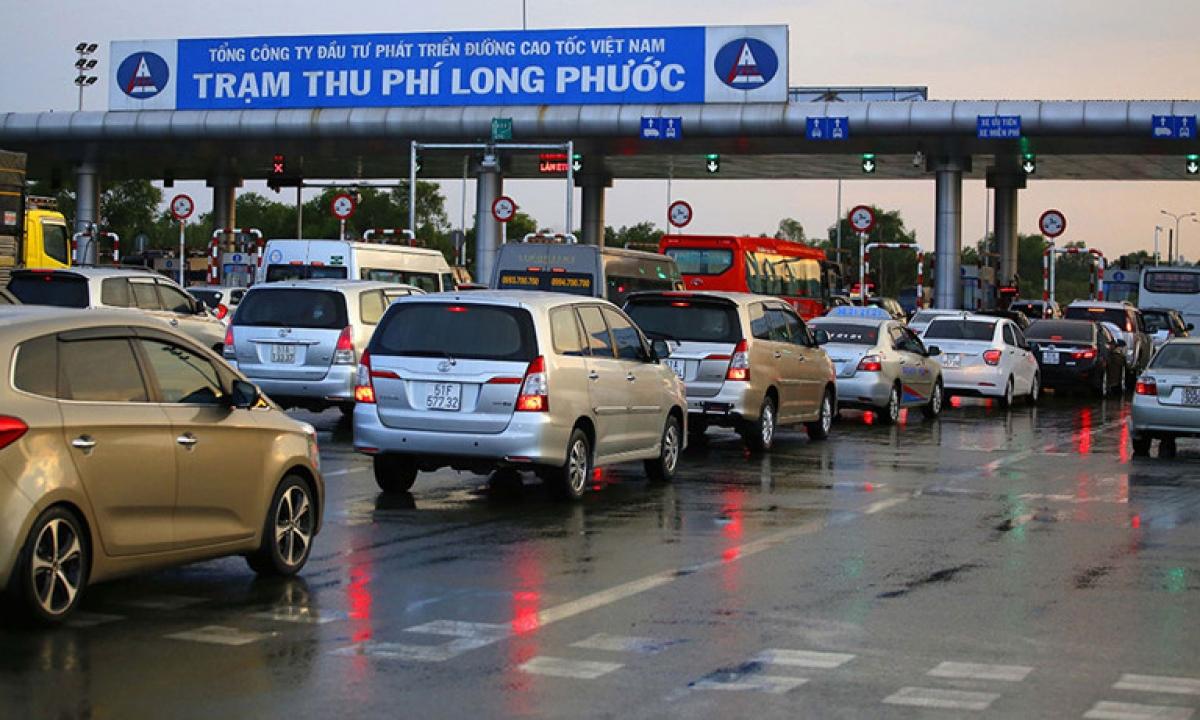 Trạm thu phí trên cao tốc TPHCM-Long Thành-Dầu Giây do VEC quản lý mặc dù đã lắp hệ thống thu phí tự động ETC nhưng lái xe qua trạm vẫn phải trả tiền mặt khiến nhiều lái xe bức xúc.