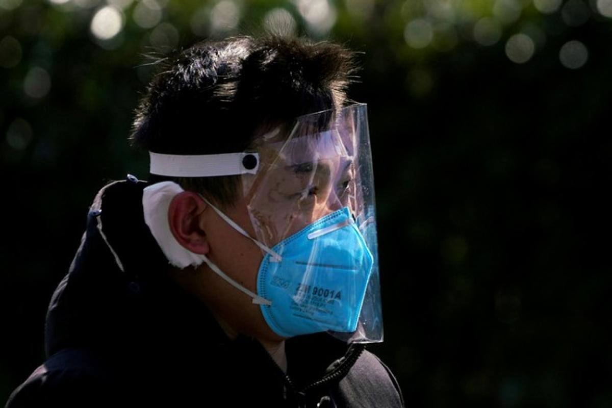 Người dân đeo khẩu trang cùng mặt nạ phòng dịch bệnh tại Thượng Hải ngày 17/2. Ảnh Reuters.