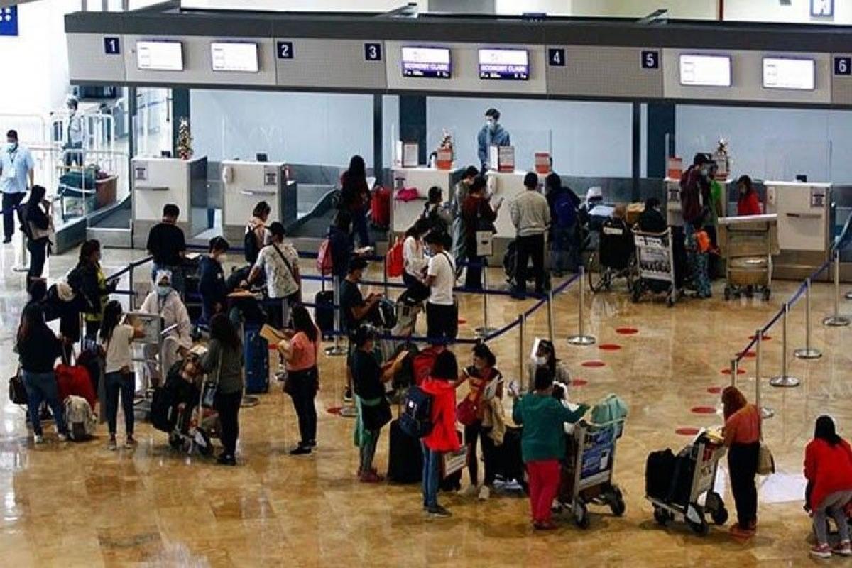 Hành khách tại sân bay quốc tế Ninoy Aquino cuối năm 2020. (Nguồn: Philstar)