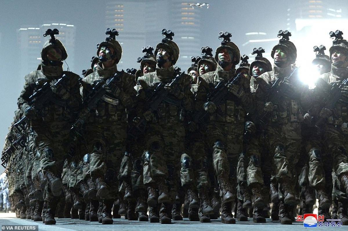 Lính đặc nhiệm với phiên bản súng carbine và đèn soi gắn trên mũ.