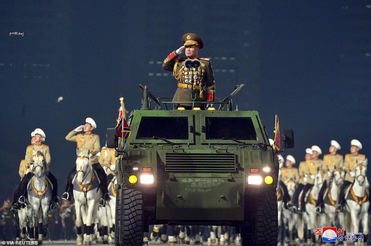 """Xe chỉ huy tại cuộc duyệt binh trên quảng trường Kim Nhật Thành của Triều Tiên vào tối 14/1. Có cả """"kỵ binh"""" trong sự kiện này."""