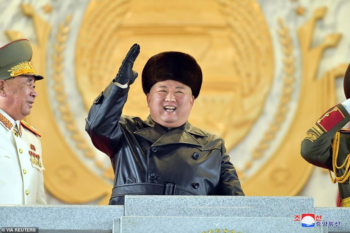 Tổng bí thư đảng Lao động Triều Tiên Kim Jong Un tươi cười trên lễ đài trong sự kiện này.