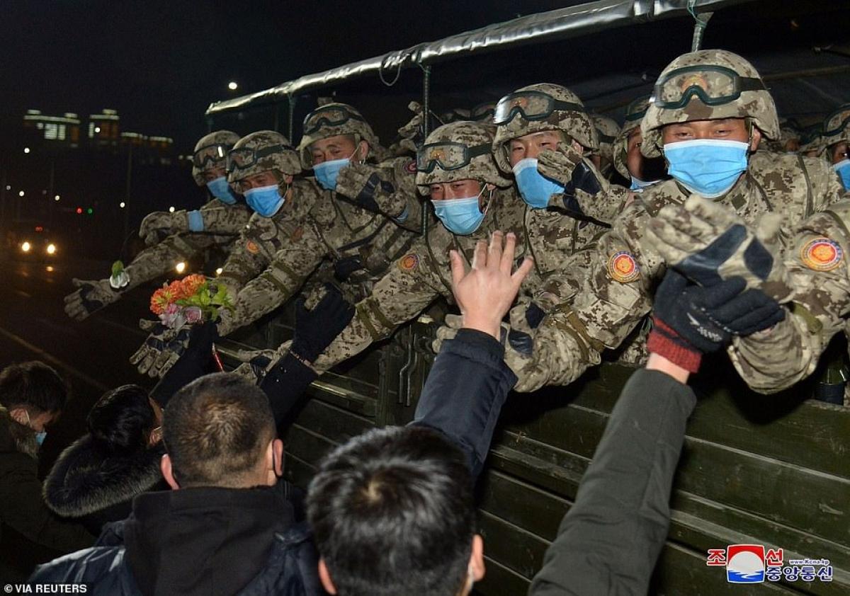 Dân chúng Triều Tiên chào đón các quân nhân tham gia duyệt binh.