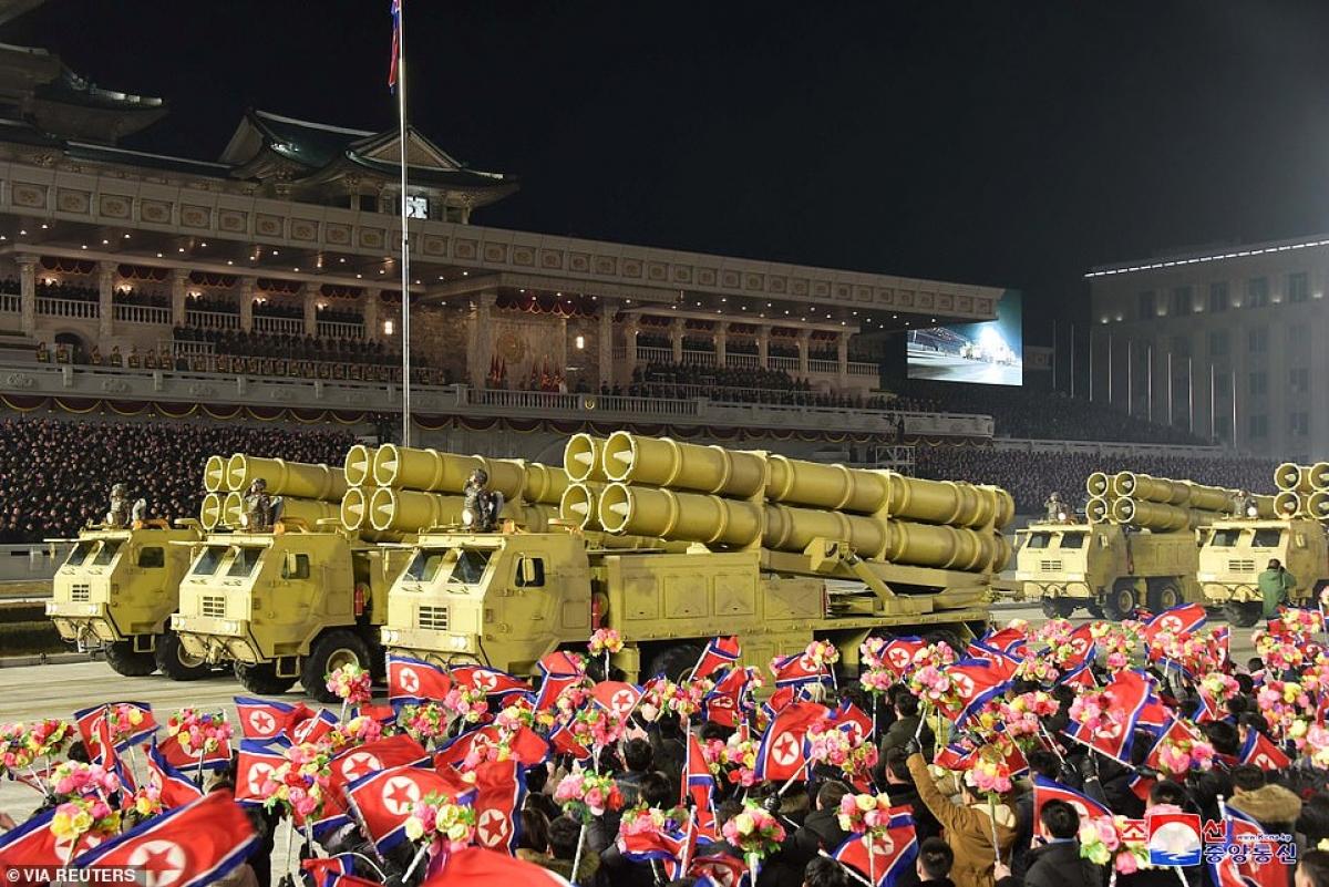 Cờ hoa Triều Tiên và xe chở vũ khí nước này.