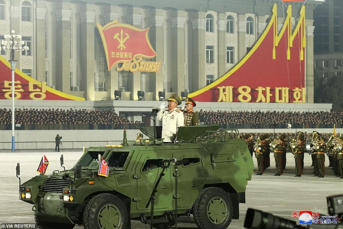 Trên khán đài lá đảng kỳ Triều Tiên (có hình cây bút).