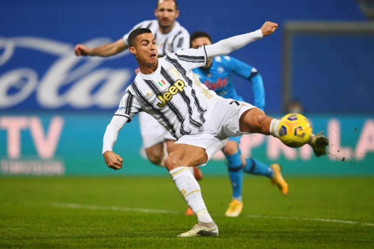 Ronaldo ghi bàn góp công vào danh hiệu Siêu Cúp Italy 2020 của Juventus. (Ảnh: Getty).