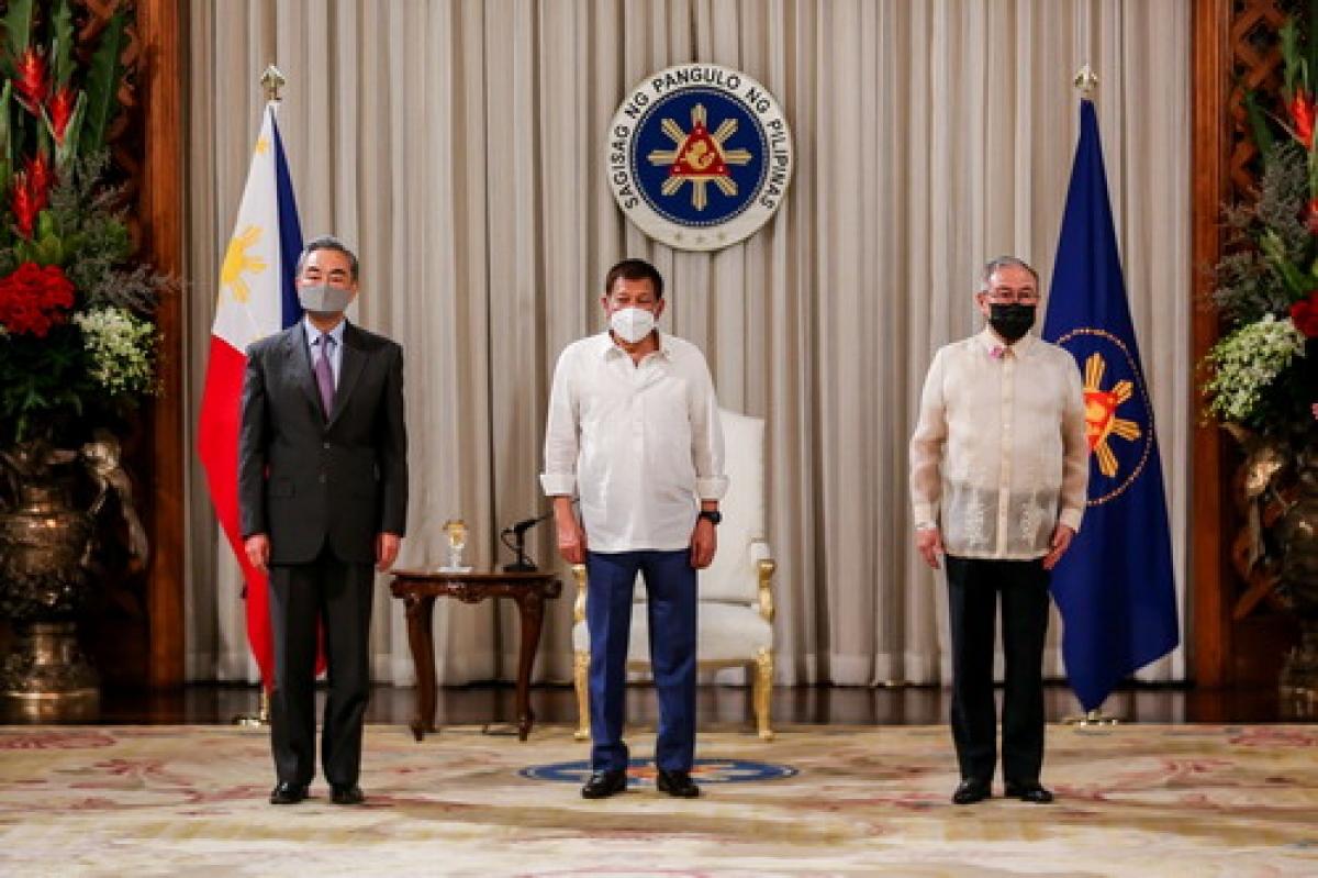 Ngoại trưởng Trung Quốc Vương Nghị hội kiến Tổng thống Philippines Duterte. Nguồn Thepaper.
