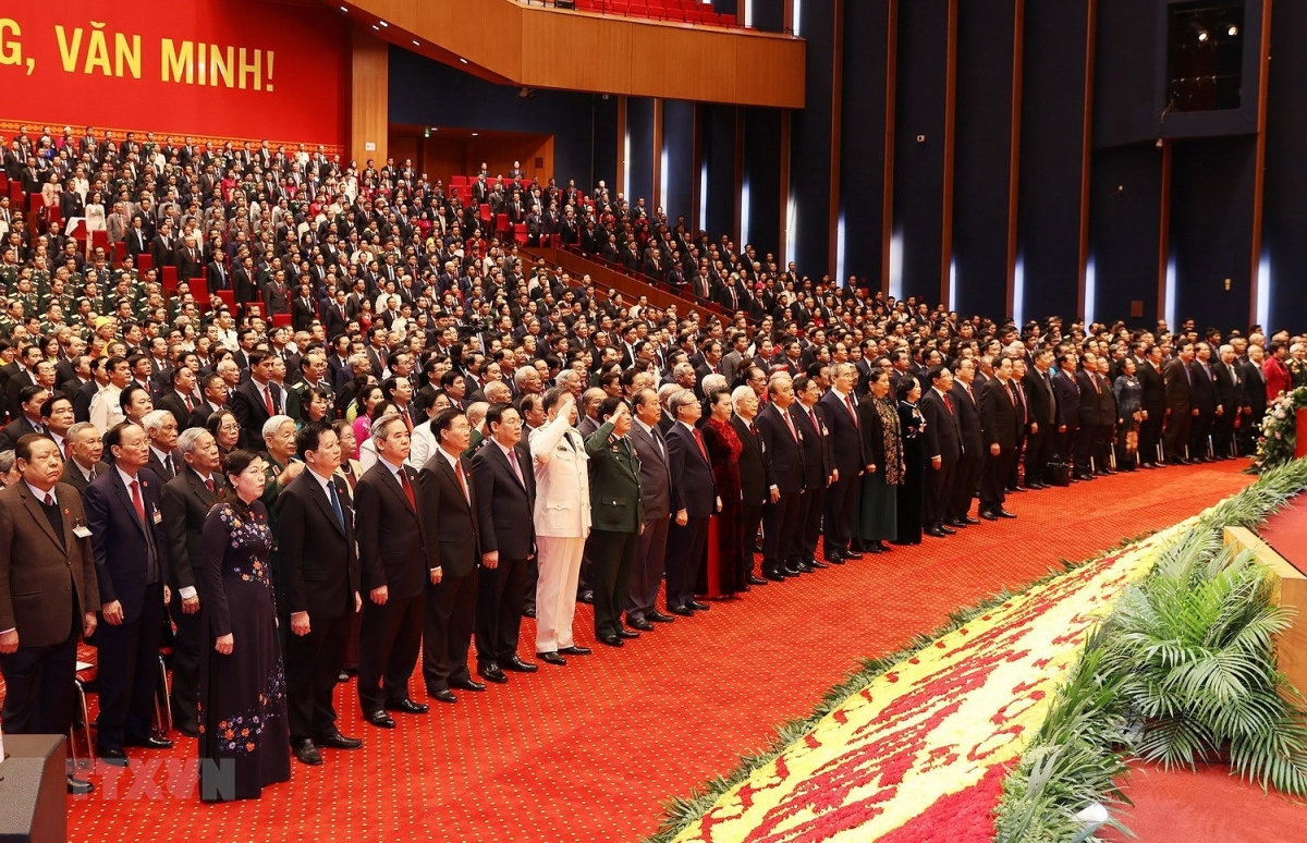 Đúng 8 giờ sáng, Đại hội tiến hành nghi lễ chào cờ, khai mạc Đại hội đại biểu toàn quốc lần thứ XIII của Đảng. (Ảnh: TTXVN)