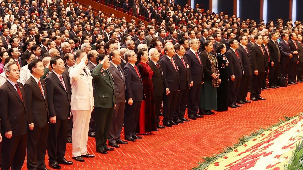 Các đại biểu dự Đại hội XIII của Đảng làm lễ chào cờ tại phiên khai mạc