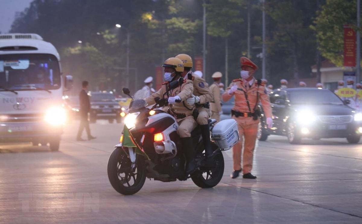 Sau khi viếng Lăng Chủ tịch Hồ Chí Minh, Đoàn công tác di chuyển vềTrung tâm Hội nghị Quốc gia. (Ảnh: Dương Giang/TTXVN)