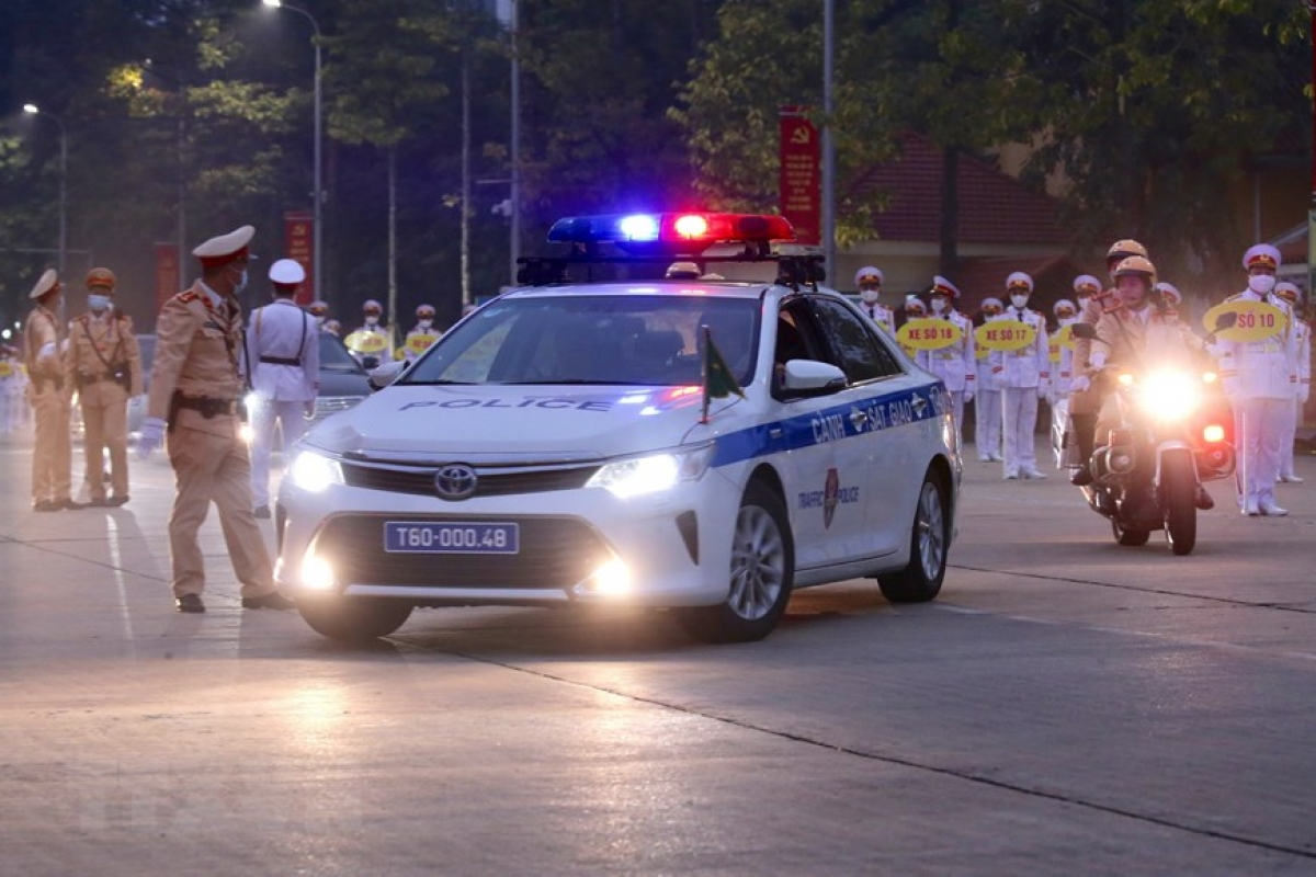 Lực lượng Cảnh sát Giao thông dẫn đoàn và đảm bảo an ninh trên tuyến đường đoàn đại biểu di chuyển từ Lăng Chủ tịch Hồ Chí Minh đến Trung tâm Hội nghị Quốc gia. (Ảnh: Dương Giang/TTXVN)./.