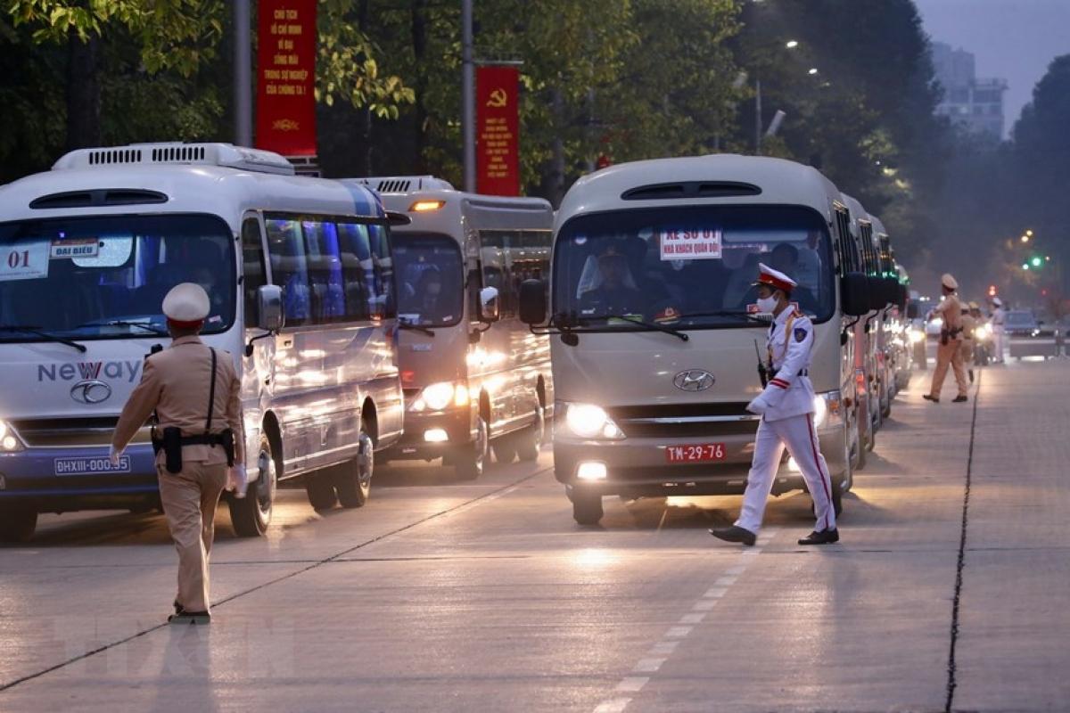 Từ sáng sớm, các lực lượng diễn tập diễn đưa đón các đại biểu vào Lăng viếng Chủ tịch Hồ Chí Minh và tham dự phiên khai mạc trù bị Đại hội đúng giờ tại Trung tâm Hội nghị Quốc gia. (Ảnh: Dương Giang/TTXVN)