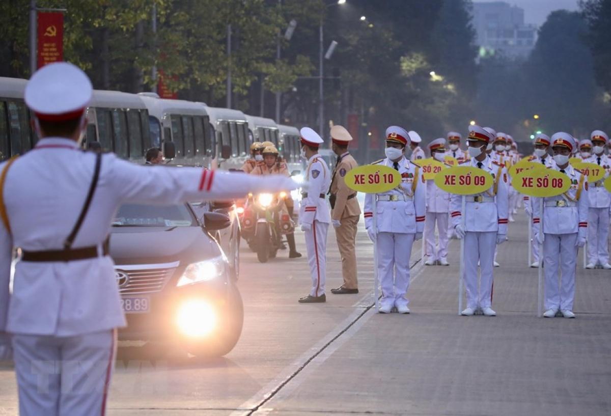 Lực lượng Cảnh sát Giao thông dẫn đoàn và đảm bảo an ninh trên tuyến đường đoàn đại biểu di chuyển từ Lăng Chủ tịch Hồ Chí Minh đến Trung tâm Hội nghị Quốc gia. (Ảnh: Dương Giang/TTXVN)