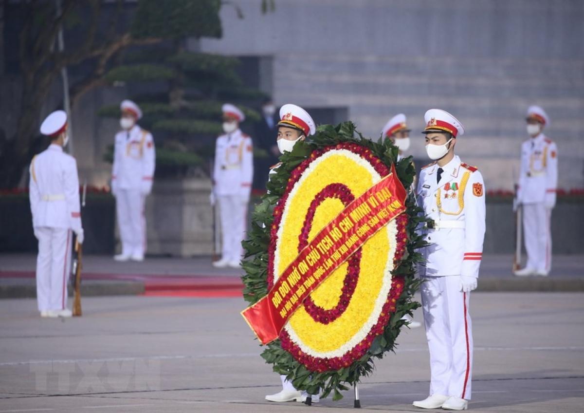 Lực lượng Bộ Tư lệnh Bảo vệ Lăng Chủ tịch Hồ Chí Minh tổng duyệt nội dung đặt vòng hoa viếng Chủ tịch Hồ Chí Minh. (Ảnh: Dương Giang/TTXVN)