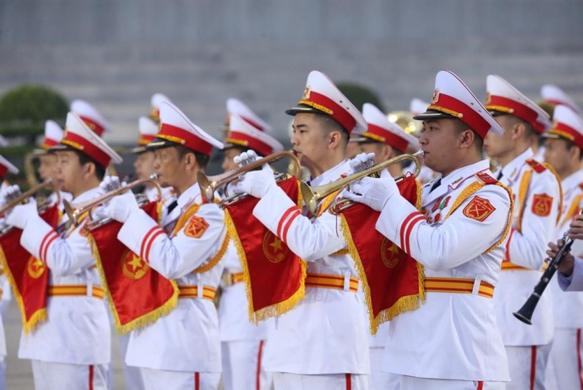 Lực lượng Quân nhạc diễn tập cử hành nghi lễ đặt vòng hoa và vào Lăng viếng Chủ tịch Hồ Chí Minh. (Ảnh: Dương Giang/TTXVN)