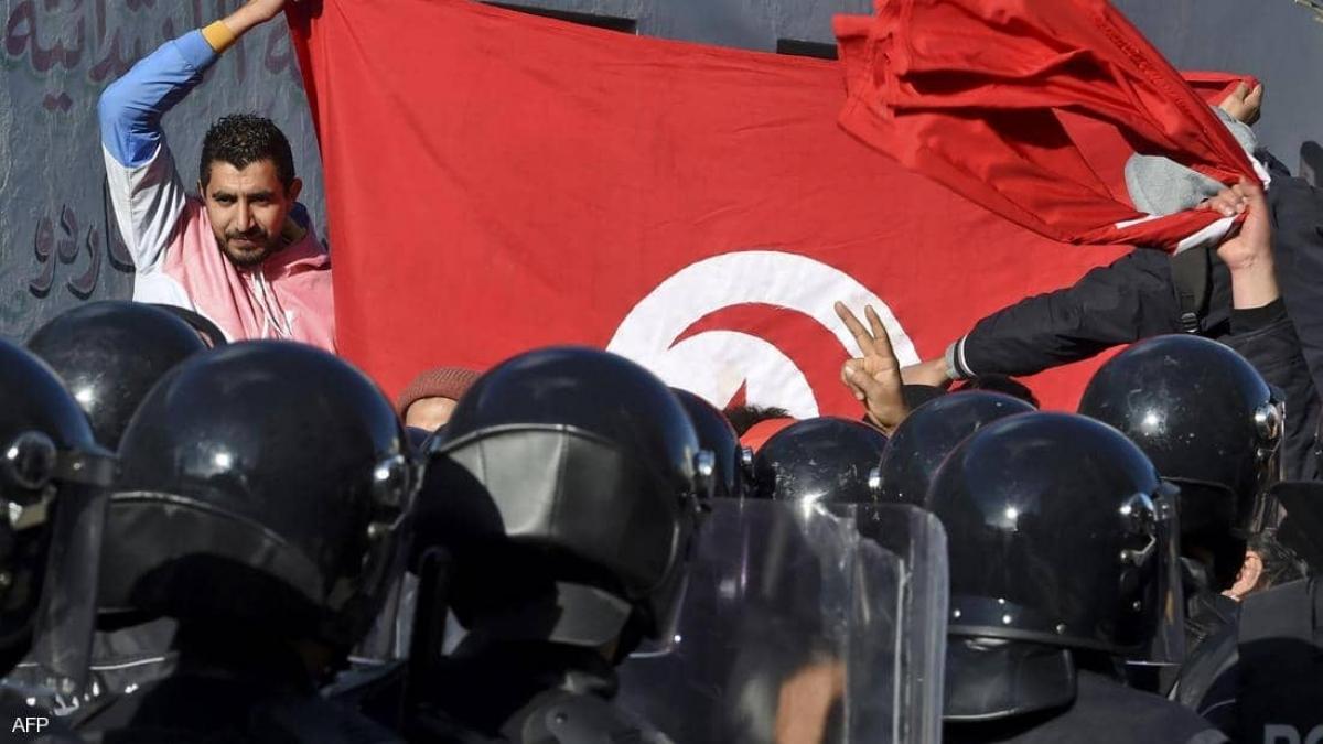 Người dân Tunisia biểu tình phản đối chính quyền. Ảnh: skynewsarabia