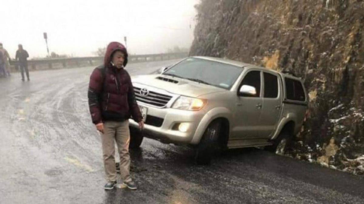 Mặt đường đèo Ô Quý Hồ trên QL4 bị đóng băng, nhiều phương tiện gặp nạn ngày 11/1.