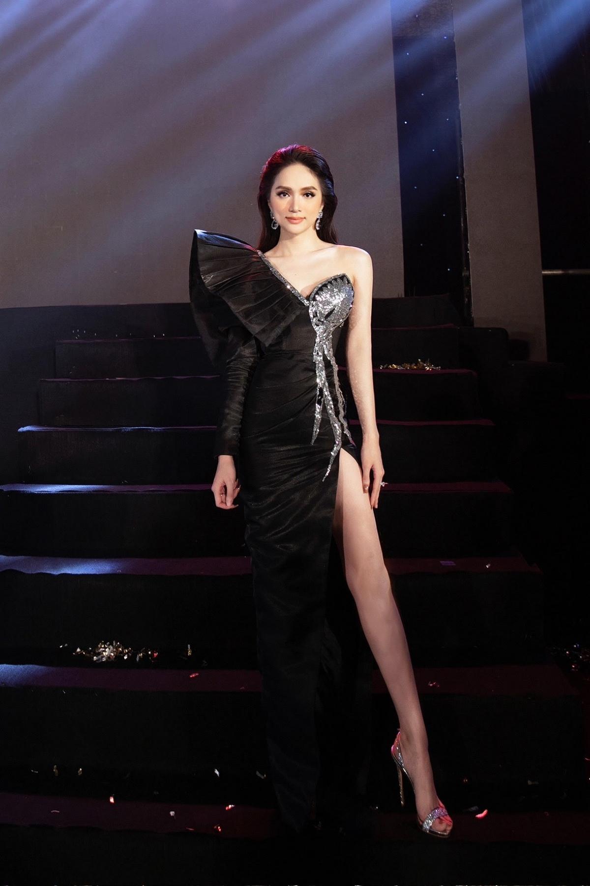 Xuất hiện trong một sự kiện gần đây, Hoa hậu Hương Giang gây chú ý với chiếc váy xẻ cao, tôn lên đường cong nóng bỏng.